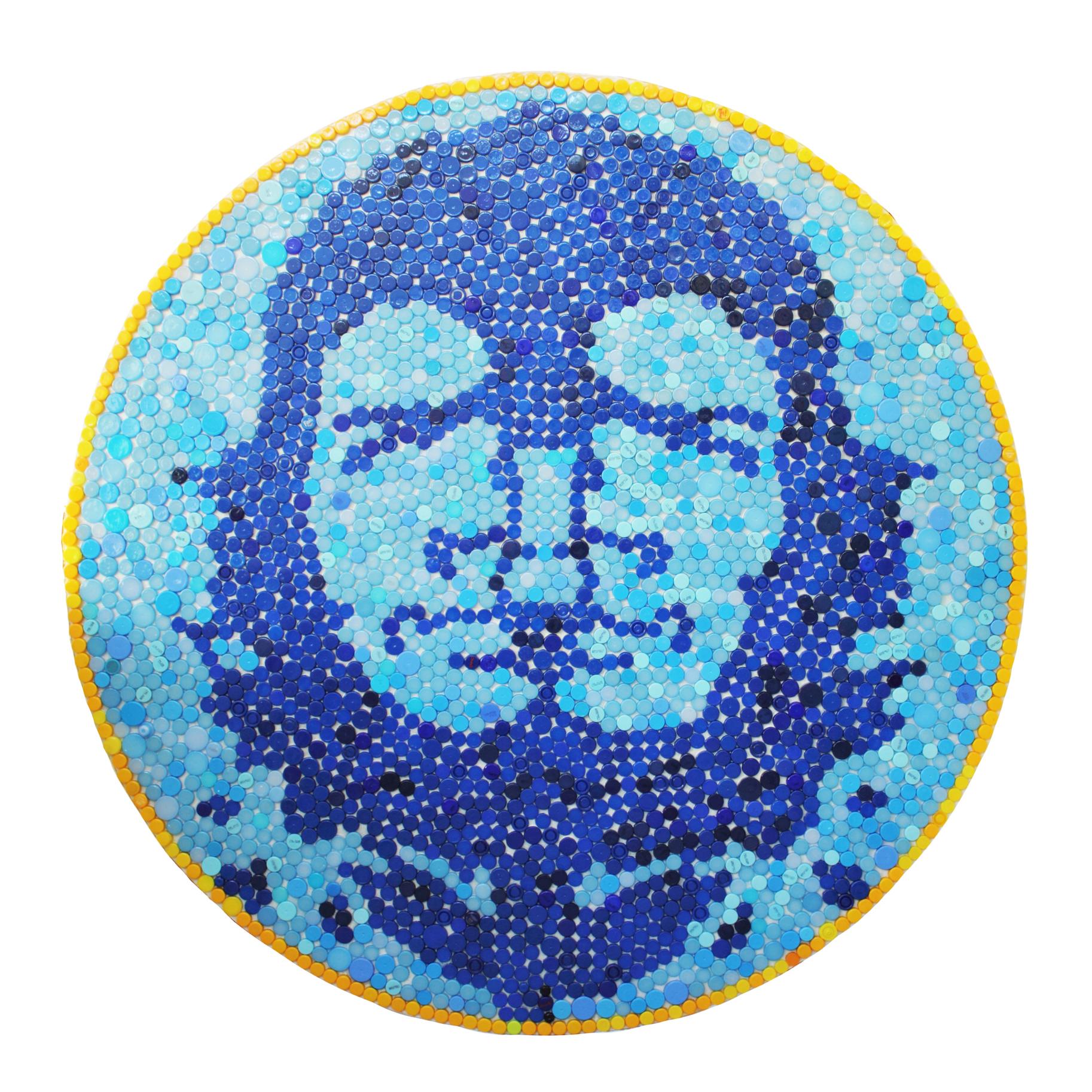 Rodrigo Oliveira | Una Cuba libre por favor #2, 2010 | Tampas de diferentes cores e dimensões coladas com resina epoxy crystal em madeira pintada | 200 cm de diâmetro