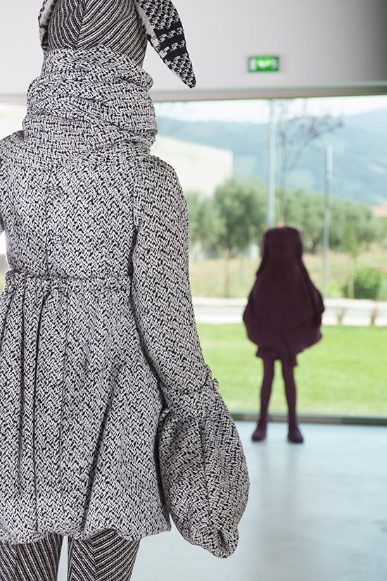 Ana Rito | duas obras: [Fashioning the Aristocratic Body, 2003] e [One Tip Toe, 2002] | Colecção Círculo de Artes Plásticas | Instalação na Casa das Artes de Miranda do Corvo