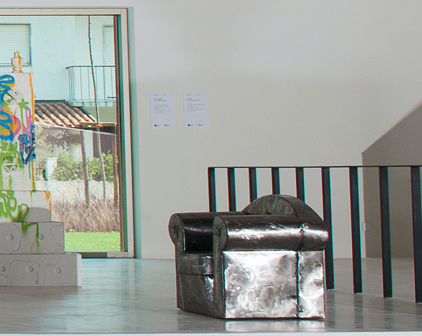 Pedro Campos Rosado | S/ Título | Sofá individual em chapa de aço | 60 x 60 x 60 cm | Colecção do Círculo de Artes Plásticas | Instalação na Casa das Artes de Miranda do Corvo