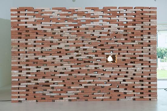 Atelier do Corvo | Pavilhão de Jardim, 2013 | Tijolo maciço de face à vista, uma cadeira de madeira e lâmpada incandescente | 274 x 274 x 250 cm | Instalação na Casa das Artes de Miranda do Corvo