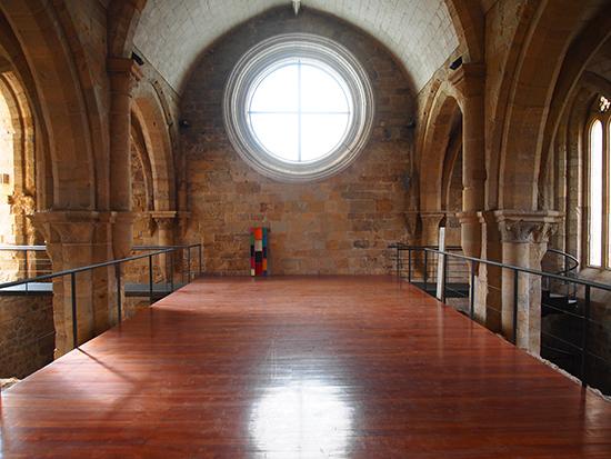 Rodrigo Oliveira | Directório Espacial, 2012 | Construção em feltros, em caixa de acrílico pintada | 163 x 56 x 9 cm | Instalação da obra no Mosteiro de Santa Clara-a-Velha